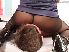 Chick in pantyhose sits on his face tubes
