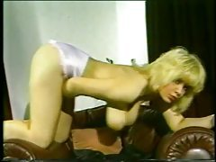 Big boobs retro girl shakes them for your pleasure tubes