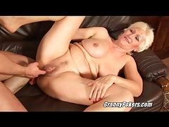 Mature cunt is eager for fucking and fisting tubes