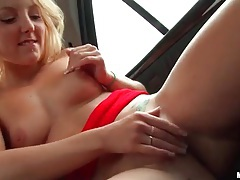 Hot ass blonde fondles and rubs pussy in the car tubes