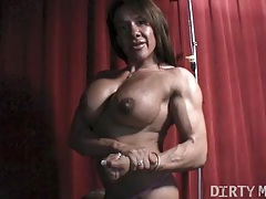 Female bodybuilder rubs big clit tubes