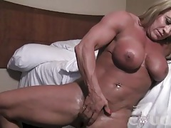 Mature female bodybuilder fingers her big clit tubes
