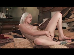 Solo blonde is a beauty and has dildo sex tubes