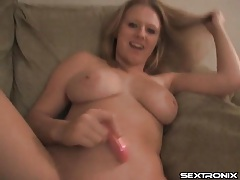 Curvy blonde buzzes her pussy with a toy tubes