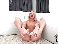 Flexible skinny girl sucks on her pretty toes tubes