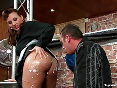 He licks cream off her ass and munches her pussy tubes