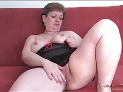Curvy mature in black lingerie rubs her pussy tubes