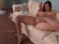 Curvy girl gets naked and sucks her sexy toes tubes