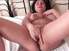 Mature brings out her big tits and masturbates tubes