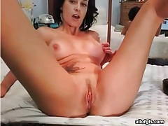 Tattooed camgirl with great tits masturbates tubes