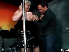 Fat babe on stage fools around with skinny guy tubes