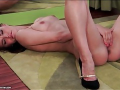 Solo suzie carina finger fucks in high heels tubes