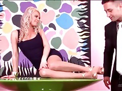 He worships high heels of blonde beauty tubes