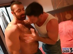 Sexy bear blown by a horny guy tubes