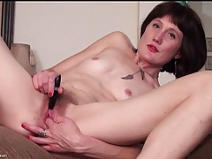 Skinny mom meredith buzzes her hairy cunt tubes