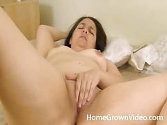 Curvy solo amateur masturbates her wet pussy tubes