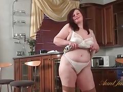 Fat solo milf plays with her big titties tubes