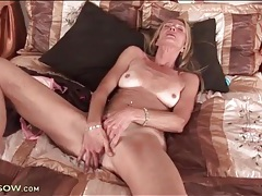 Naked mature on her back and masturbating tubes