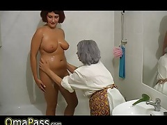 Bbw gray chubby granny with old mature woman in bath tubes