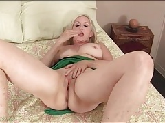 Curvy granny finger bangs her tight vagina tubes
