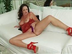 Curvy mature in red high heels toy fucks her cunt tubes