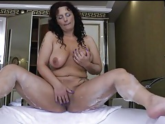 Curvy mature masturbates her cunt in the bathtub tubes