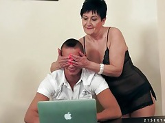 Horny young guy licks granny pussy lustily tubes
