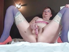 Masturbating mature chick in blue stockings tubes