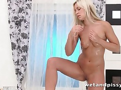 Teen blonde with sexy shaved vagina pisses tubes
