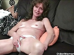 Cute old babe plays with her hairy vagina tubes