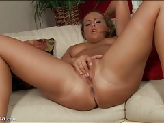 Curvy naked brunette masturbates her hot box tubes
