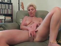 Big ass old lady masturbates her bald pussy tubes