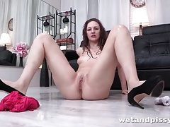 She pisses on the floor and fingers solo tubes