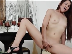 Long haired milf babe rubs her clit furiously tubes