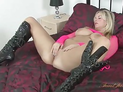 Voluptuous babe in shiny boots masturbates her cunt tubes