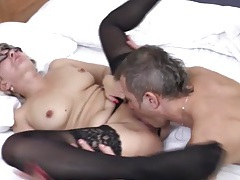 Going down on her mature pussy turns him on tubes