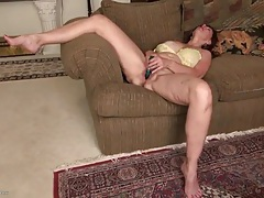 Toy in the cunt of a mature babe turns her on tubes
