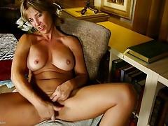 Round tits on a masturbating milf cutie tubes
