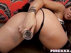 Hot girl is glammed up to masturbate solo tubes