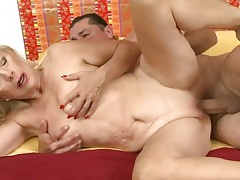 Curvy old lady rides his dick with a bald cunt tubes