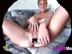 Speculum opens her milf pussy in close up tubes