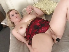 Chubby solo babe fucks a toy into her snatch tubes