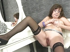 Shaved mature cunt fingered by a curvy babe tubes